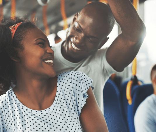 couple dans un bus partenaire